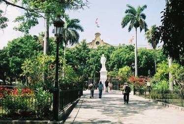 Plaza de Armas, Source : http://paris1972-versailles2003.com/havana-the-paris-of-the-americas/#jp-carousel-2544