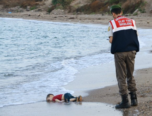 La fameuse photo d'Aylan Kurdi qui avait fait le tour du monde en septembre 2015. Source : http://i100.independent.co.uk/image/8569-xyarxp.jpg
