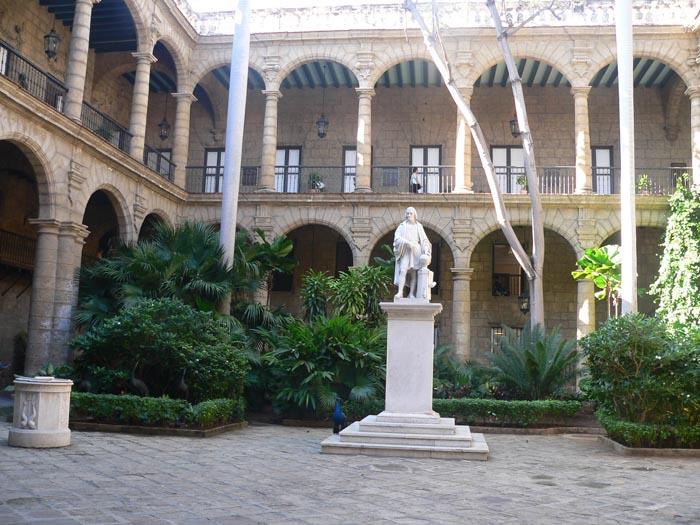 patio-estatua-cristobal-colon-museo-de-la-ciudad