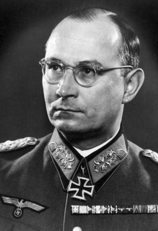 https://fr.wikipedia.org/wiki/Friedrich_Olbricht#/media/File:Bundesarchiv_Bild_146-1981-072-61,_Friedrich_Olbricht.jpg
