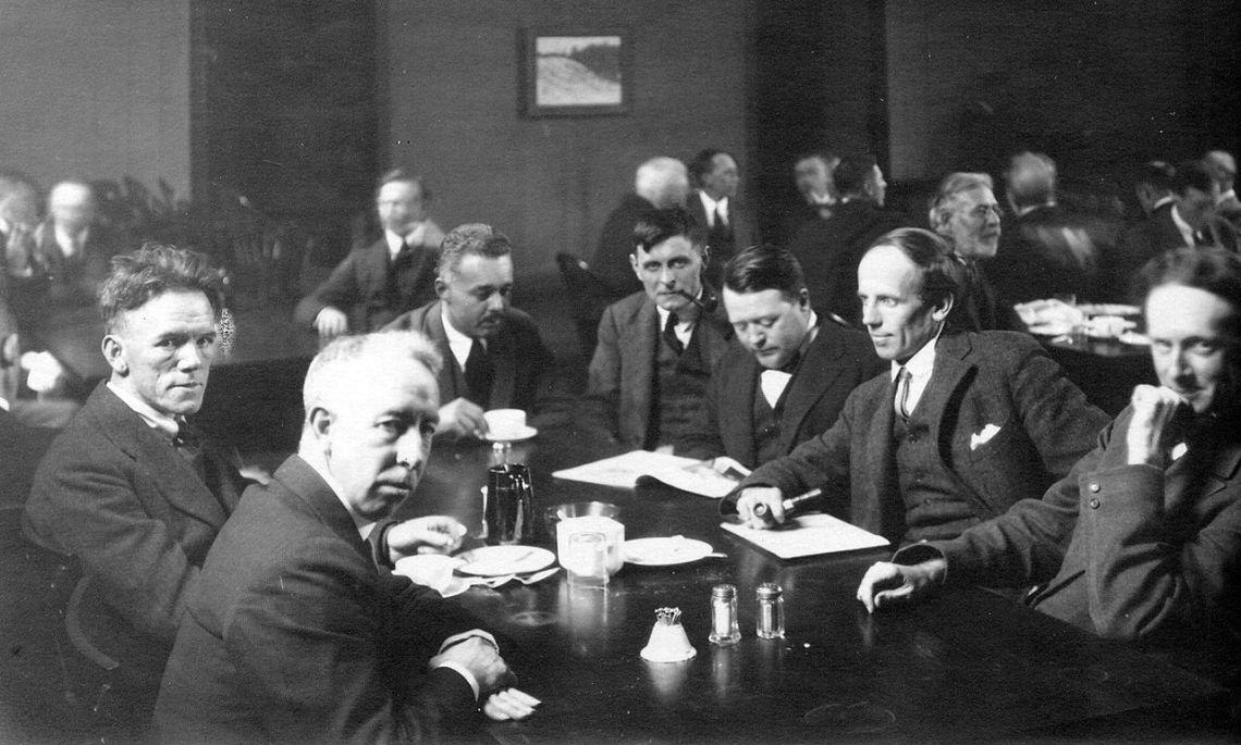 Photo des sept membres originaux du groupe